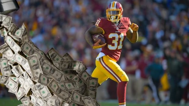 Redskins find $15 on the field in team huddle--IMAGE