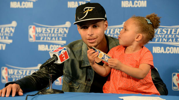 riley-curry-baby-sister-kiss-photo-steph-curry.jpg
