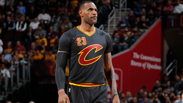 Watch: LeBron James rips jersey sleeves during game against Knicks--IMAGE