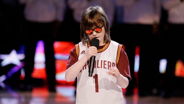 Blind teenager sings inspiring national anthem before NBA Finals Game 6 IMAGE