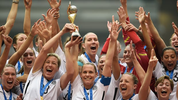 womens-world-cup-usa-trophy-lift-abby-wambach-video.jpg