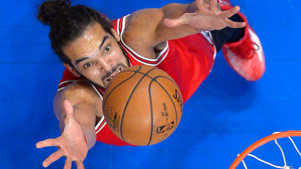 Joakim Noah leaves game with ankle sprain IMAGE