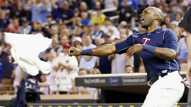 Twins' Torii Hunter throws batting gloves, jersey after ejection