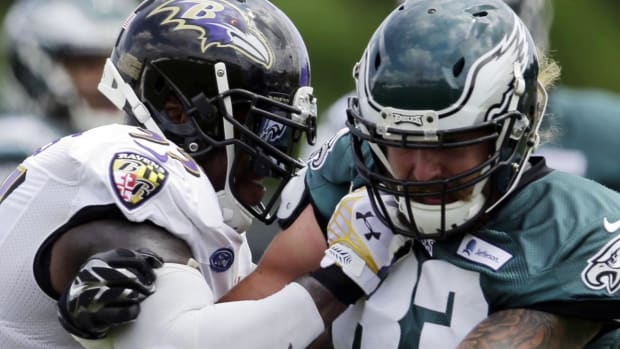 Tim Tebow breaks up fight at Eagles-Ravens joint practice--IMAGE