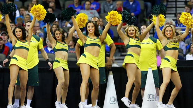 Oregon-cheerleaders-467075918_10.jpg