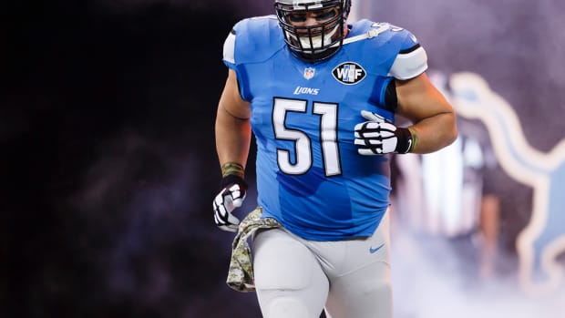 Dominic Raiola stomps on opponent's leg IMAGE