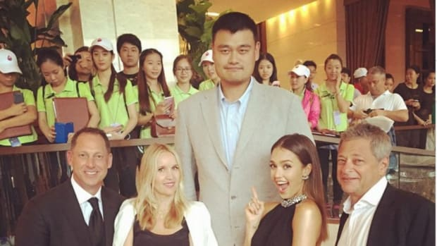 Jessica Alba and John Daly met Yao ming at a Chinese golf event