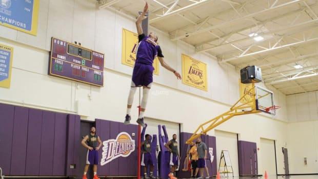 minnesota-timberwolves-zach-lavine-dunk-contest-jump.jpg.jpg