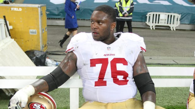 49ers' Anthony Davis captures fan's arrest at game, posts on Instagram