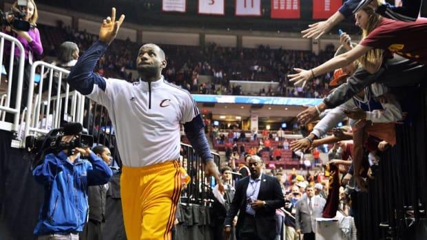Cavaliers fan gets LeBron James headband
