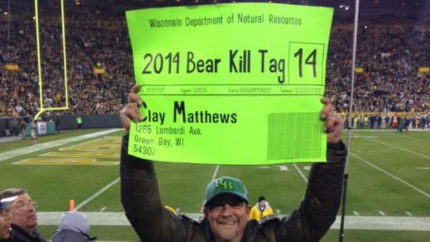 """Green Bay fan makes """"Bear Kill Tag"""" sign for Chicago game"""