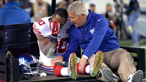 Giants' Victor Cruz carted off field with knee injury