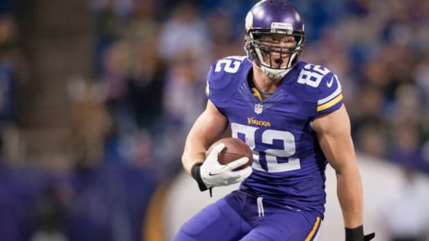 Vikings coach Leslie Frazier says Kyle Rudolph will miss a month with a broken foot.