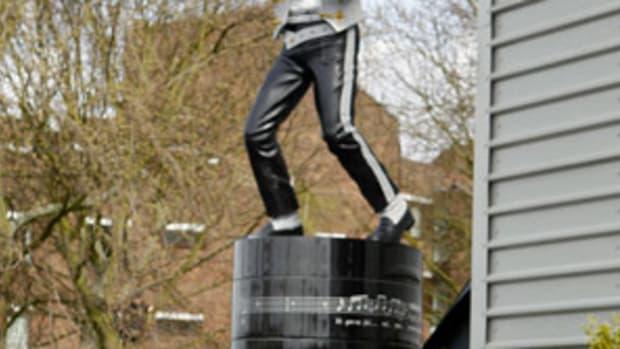 130925102059-fulham-michael-jackson-statue-single-image-cut.jpg
