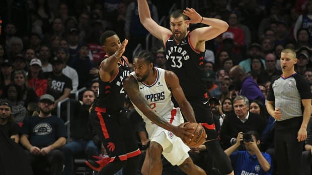 Clippers' Kawhi Leonard with the ball against the Raptors