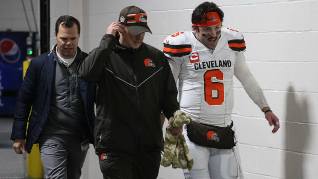 Baker Mayfield heads to the locker room early after suffering an apparent injury to his hand against the Pittsburgh Steelers late in the second quarter at Heinz Field.
