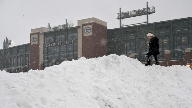 packers-snow-shovel-help