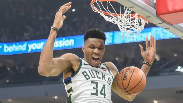 Bucks' Giannis Antetokounmpo dunks vs Knicks