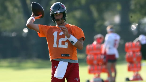 Tom Brady throws a pass at Bucs training camp