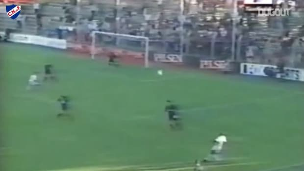 Sebastián Abreu's superb header goal for Nacional