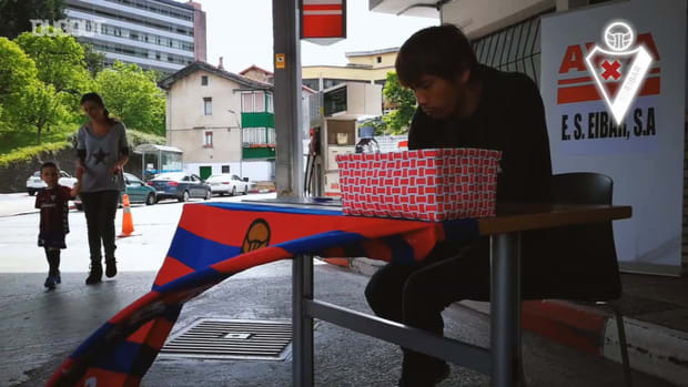Takashi Inui signs autographs for Eibar fans