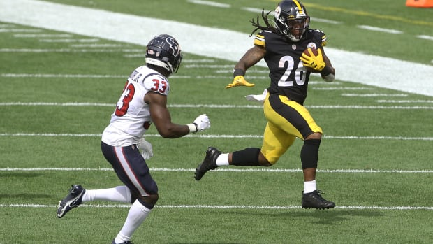 Sep 27, 2020; Pittsburgh, Pennsylvania, USA; Pittsburgh Steelers running back Anthony McFarland (26) carries the ball as Houston Texans safety A.J. Moore (33) defends during the second quarter at Heinz Field. Mandatory Credit: Charles LeClaire-USA TODAY Sports