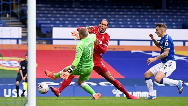 Virgil van Dijk is hurt in Liverpool's draw vs. Everton