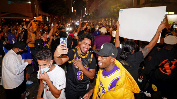 lakers-fans-celebrating