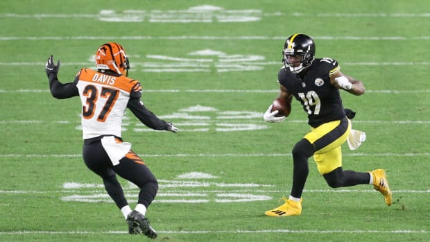 Nov 15, 2020; Pittsburgh, Pennsylvania, USA; Pittsburgh Steelers wide receiver JuJu Smith-Schuster (19) runs after a catch against Cincinnati Bengals offensive back Jalen Davis (37) during the third quarter at Heinz Field. The Steelers won 36-10. Mandatory Credit: Charles LeClaire-USA TODAY Sports