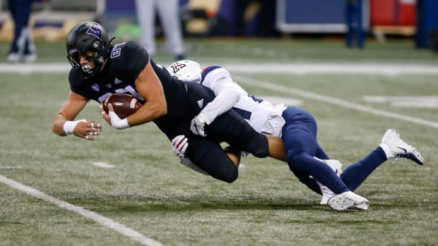 Cade Otton had a big night against Arizona, catching 7 passes for 100 yards and a score.