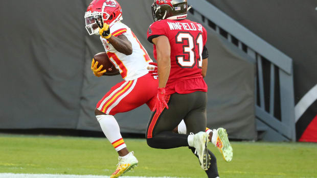 Nov 29, 2020; Tampa, Florida, USA; Kansas City Chiefs wide receiver Tyreek Hill (10) runs the ball for a touchdown ahead of Tampa Bay Buccaneers strong safety Antoine Winfield Jr. (31) during the first half at Raymond James Stadium. Mandatory Credit: Kim Klement-USA TODAY Sports
