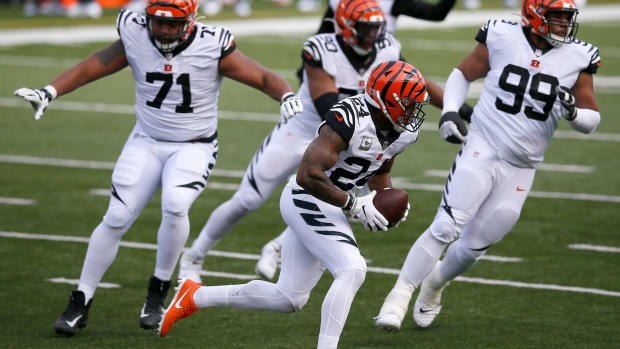 Cincinnati Bengals strong safety Vonn Bell (24) runs back a fumbled ball in the second quarter of the NFL Week 12 game between the Cincinnati Bengals and the New York Giants at Paul Brown Stadium in Cincinnati on Sunday, Nov. 29, 2020. The game was tied at 10 going into halftime. New York Giants At Cincinnati Bengals