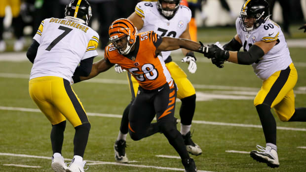 Cincinnati Bengals defensive end Carl Lawson (58) catches up to Pittsburgh Steelers quarterback Ben Roethlisberger (7) for a sack in the second quarter of the NFL 15 game between the Cincinnati Bengals and the Pittsburgh Steelers at Paul Brown Stadium in downtown Cincinnati on Monday, Dec. 21, 2020. The Bengals led 17-0 at halftime. Pittsburgh Steelers At Cincinnati Bengals