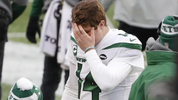 Jets QB Sam Darnold puts face in hand