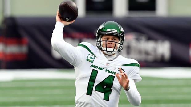 Jets QB Sam Darnold throwing pass vs. Patriots