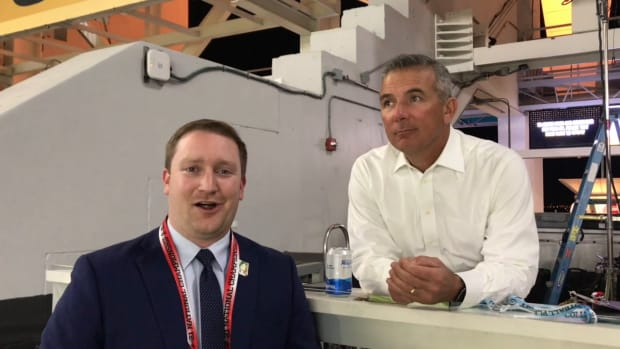 Brendan Gulick Speaks with Urban Meyer Before Kickoff at the CFP National Championship