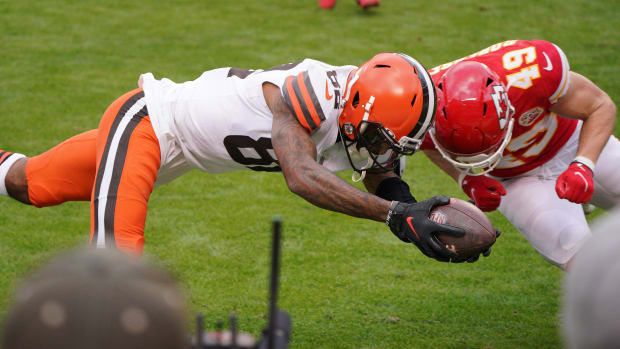 Browns' Rashard Higgins dives for the goal line and is hit by Chiefs' Daniel Sorensen