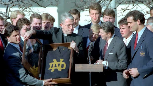 Reagan_with_Notre_Dame_football_team_1989