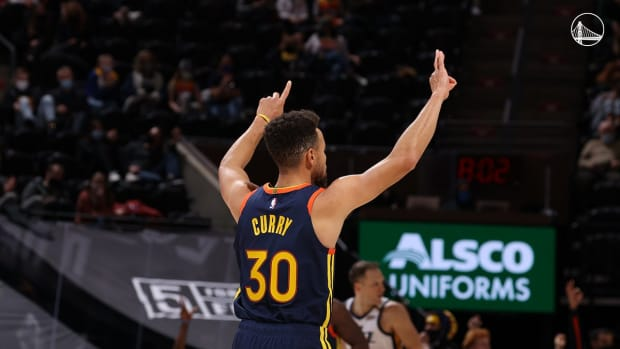 Steph Curry holds up the No. 31 after passing Reggie Miller on the all-time 3-pointers list.