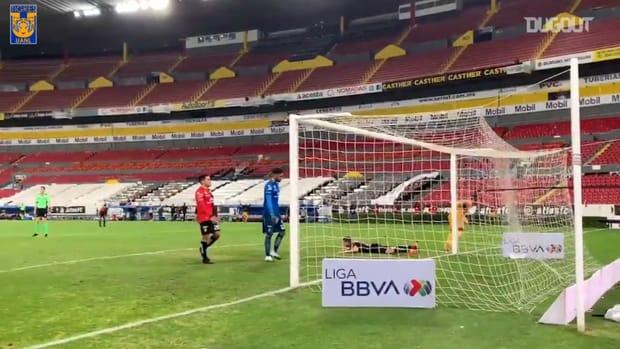 Julián Quiñones links up with Aquino to score vs Atlas