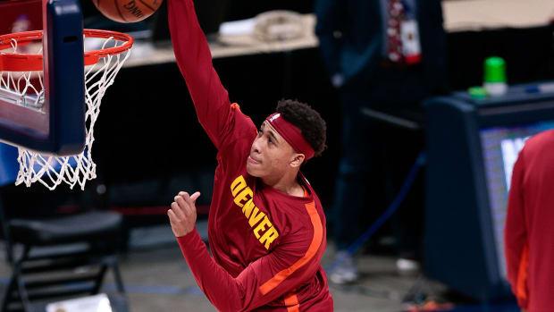 RJ Hampton of the Nuggets dunks