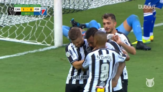 Vargas scores after misses a penalty for Atlético-MG