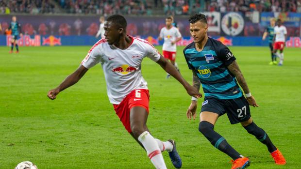 v.li.: Ibrahima Konate (RB Leipzig, 6), Davie Selke (Hertha BSC, 27)
