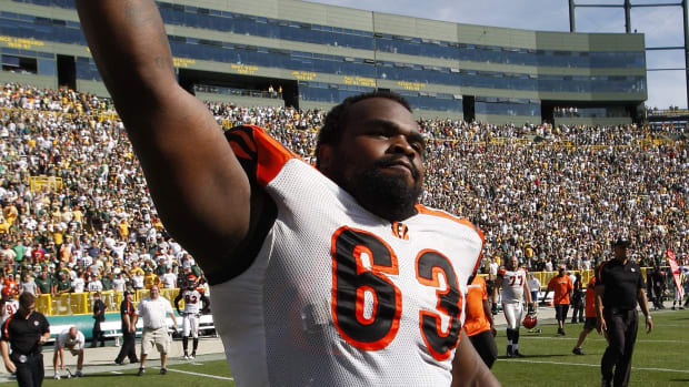 2009.09.20 BENGALS SPORTS : The Cincinnati Bengals Bobbie Williams celebrates their 31-24 win over the Green Bay Packers at Lambeau Field in Green Bay Sunday September 20, 2009. The Enquirer/Jeff Swinger Bengals 12 2009 09 20