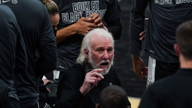 Feb 27, 2021; San Antonio, Texas, USA; San Antonio Spurs head coach Gregg Popovich talks to his team in the second against the New Orleans Pelicans at the AT&T Center.