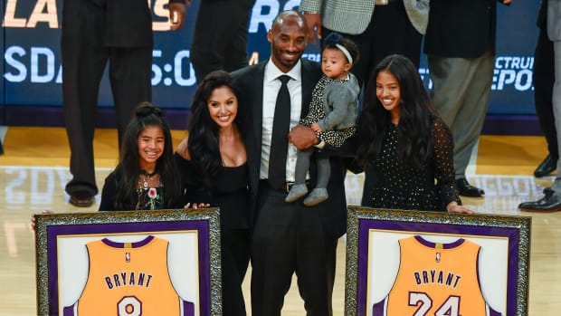 Kobe Bryan poses with Vanessa Bryant, family at jersey-retirement ceremony in 2017.