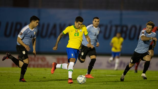 Roberto Firmino dribbles against Uruguay in World Cup qualifying.