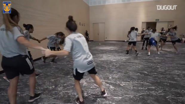 Tigres Femenil fun warm-up game