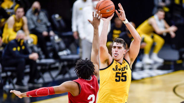 Luka Garza shoots in a Big Ten game