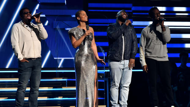 Alicia Keys and Boyz II Men paid tribute to Kobe Bryant before the Grammys.